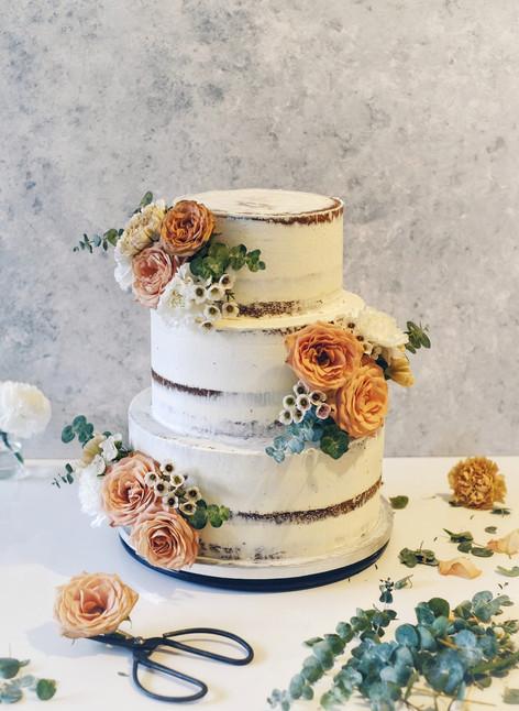 Peach wedding cake.jpeg