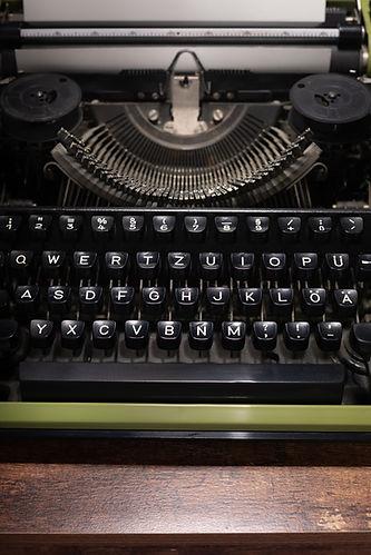 vintage-typewriter-at-wooden-table-Z5YGQ