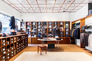 clothing-store-interior-N5NYEBX.jpg