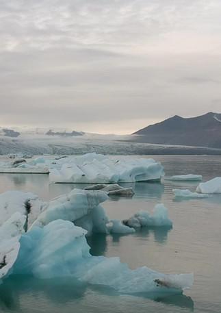 In kayak/Kayaking among the icebergs / Iceland