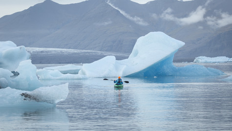Kayak in Jökulsárlón