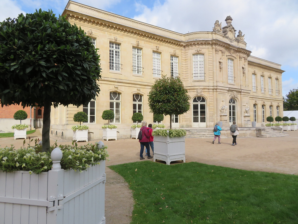 Le splendide Château d'Asnières où se dresse, dans le jardin un cheval cabré en bronze