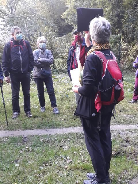 Photo de Mathilde une des intervenantes de la randonnée expliquants de nombreuses choses autour des arbres, fleurs et plantes en générales