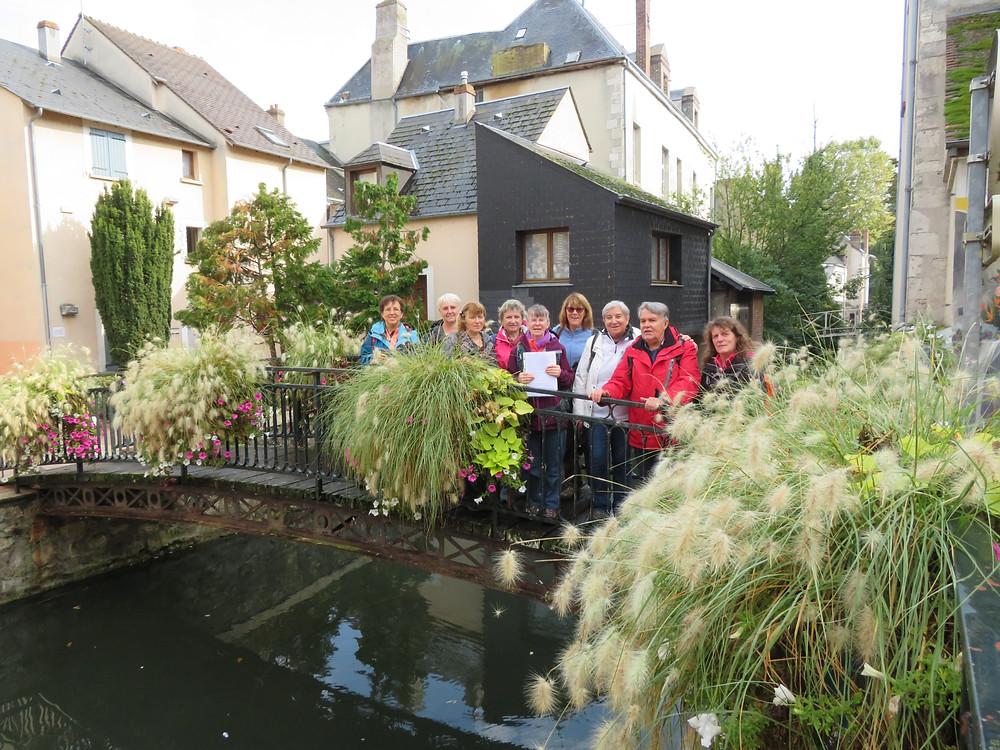 Notre groupe de randonneur sur un pont de Montargis