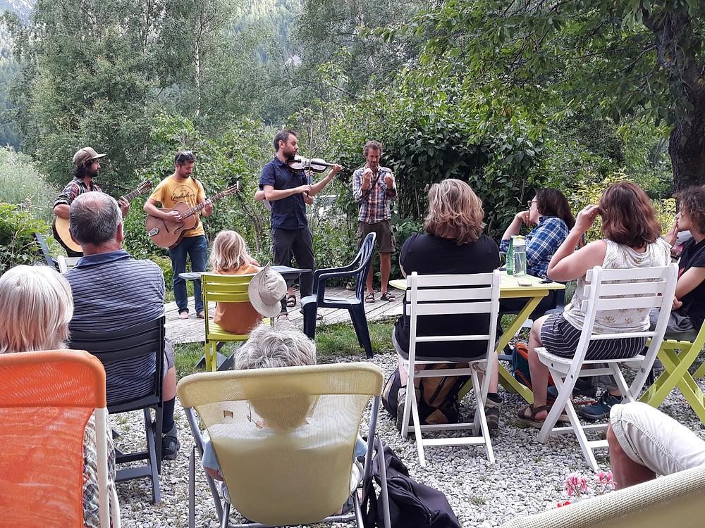 Notre groupe qui profite d'un concert organisé dans notre logement