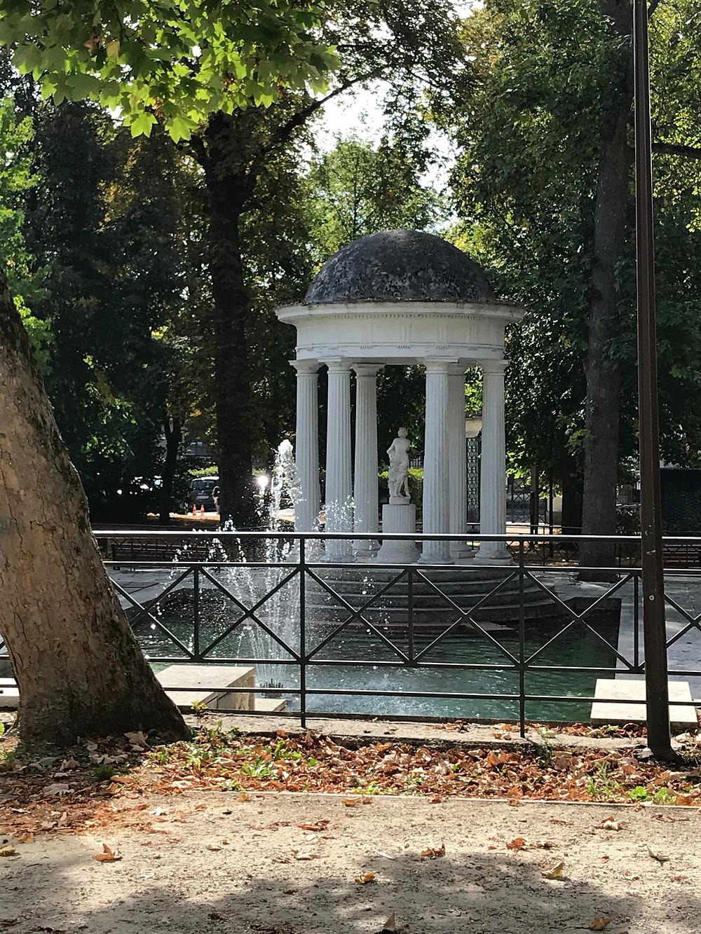 Une magnifique fontaine au milieu du parc de St Cloud