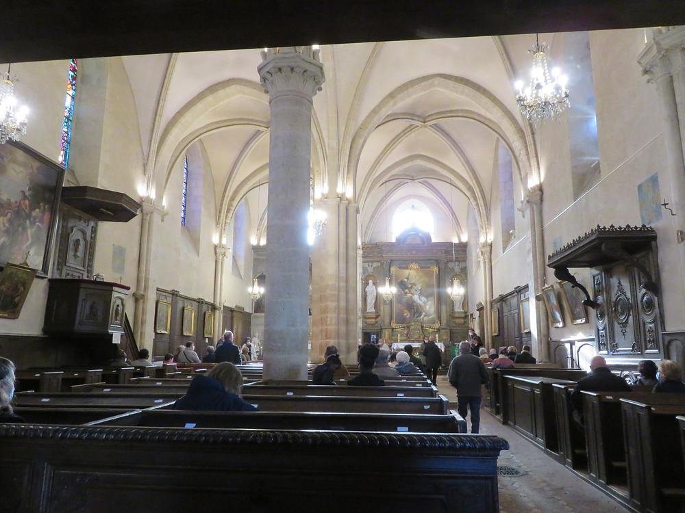 Image de l'intérieur d'une église prise au fond de celle-ci
