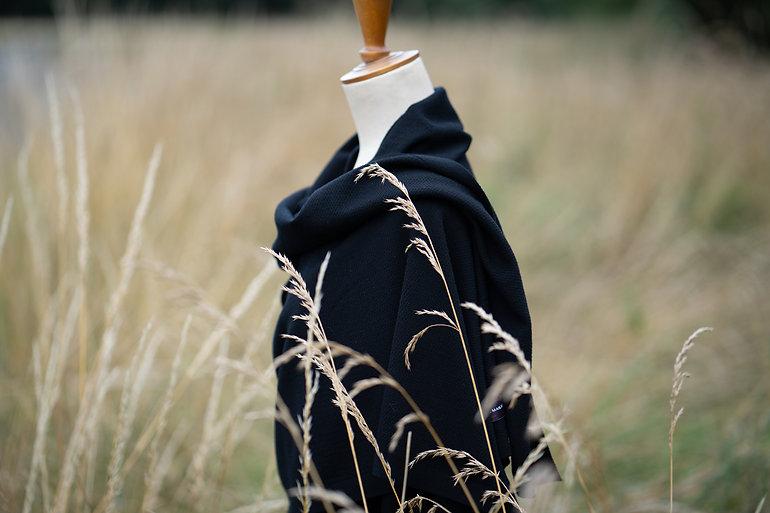Le Petit Châle noir en laine.jpg