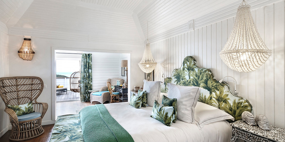 Designed in a colonial spirit, decorated with exotic fabrics and colorful patterns, a four-poster king size bed and a bathroom with shower and bath, the Plantation bungalow has a terrace overlooking the garden and the pool.
