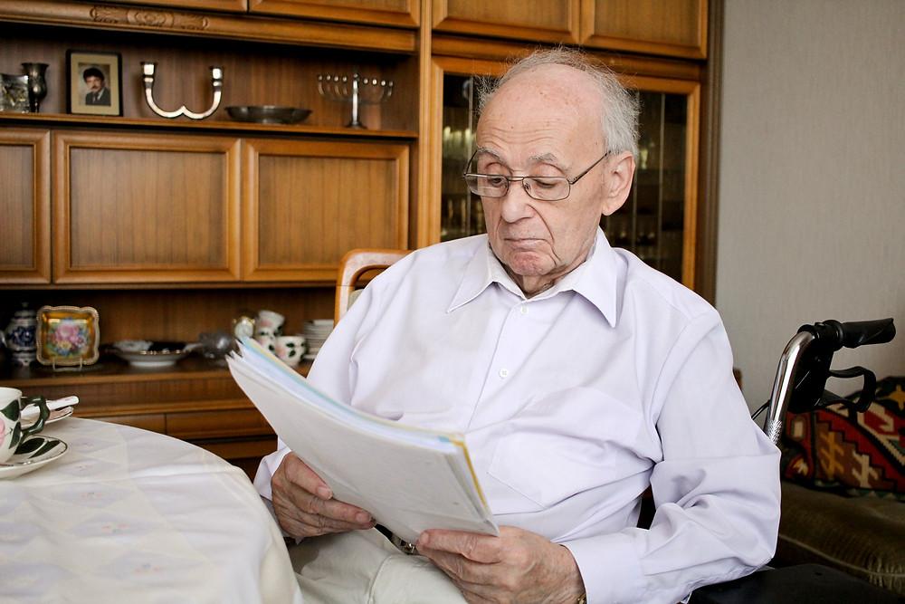 Rolf Abrahamsohn beim lesen der unzähligen Briefer der Kinder