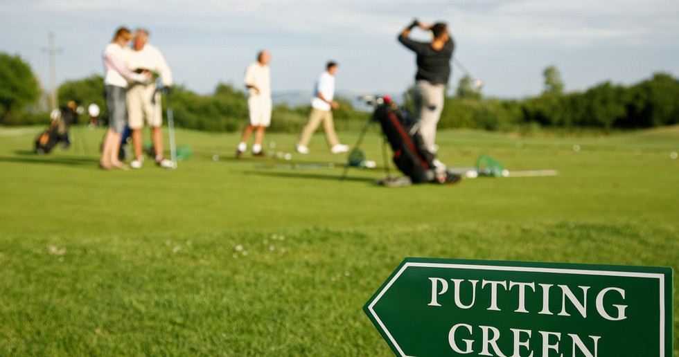 Putting green guidance board in the fore