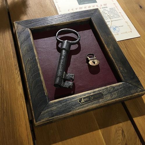 Кованый ключ 19 века и латунный замочек на коже в дубовой раме