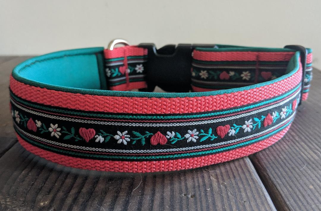 collar red green with black heart and fl