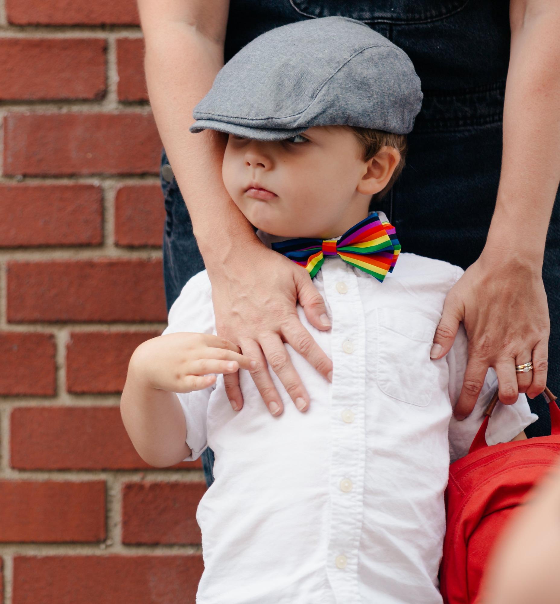 little-boy-ready-for-school-with-mom_edi