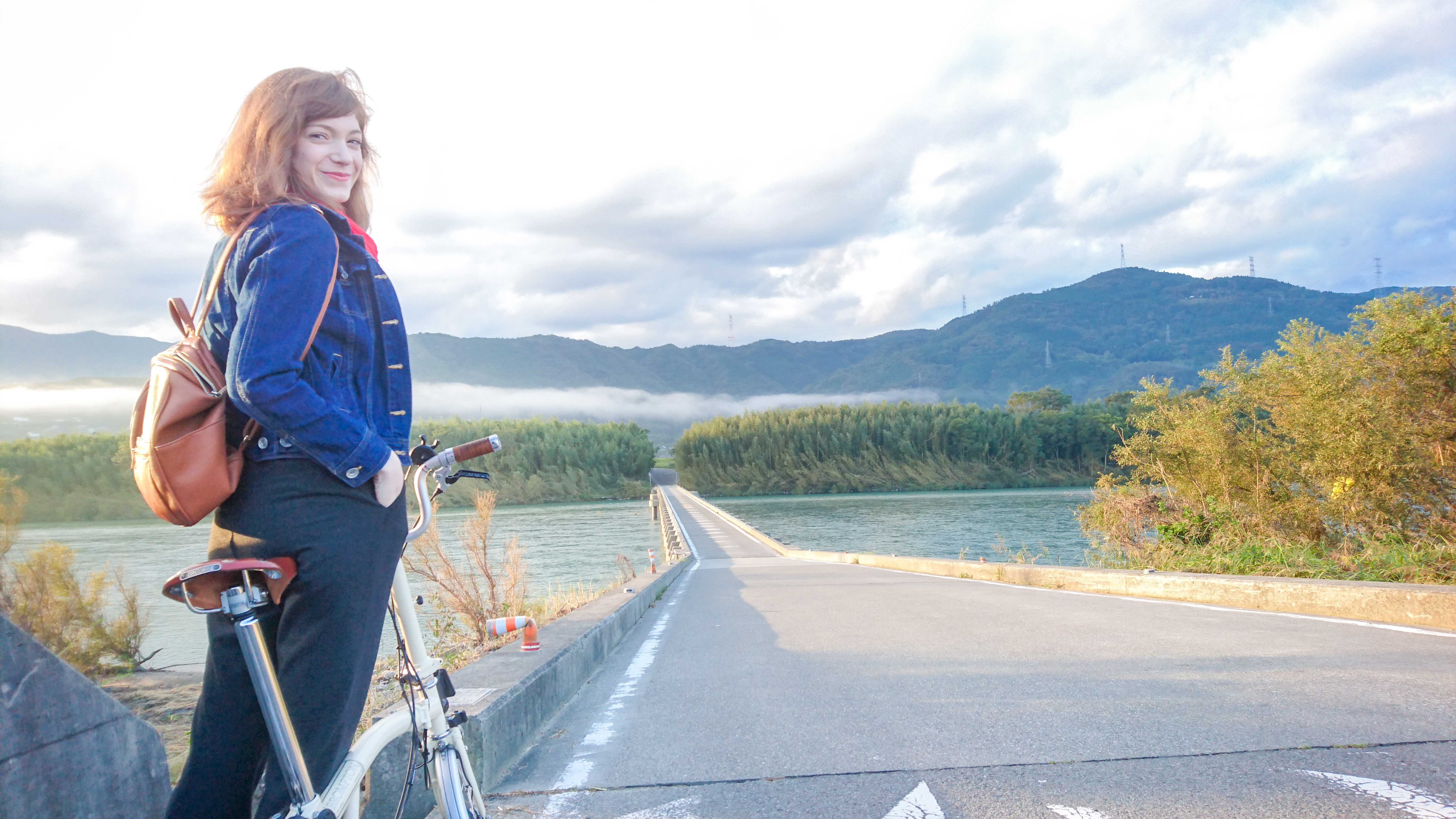 対岸に雲海が棚引く、朝の脇町潜水橋。