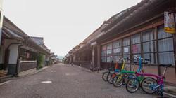 「四国のまほろば」江戸時代の町並みに、レトロな看板が旅の情緒となります。