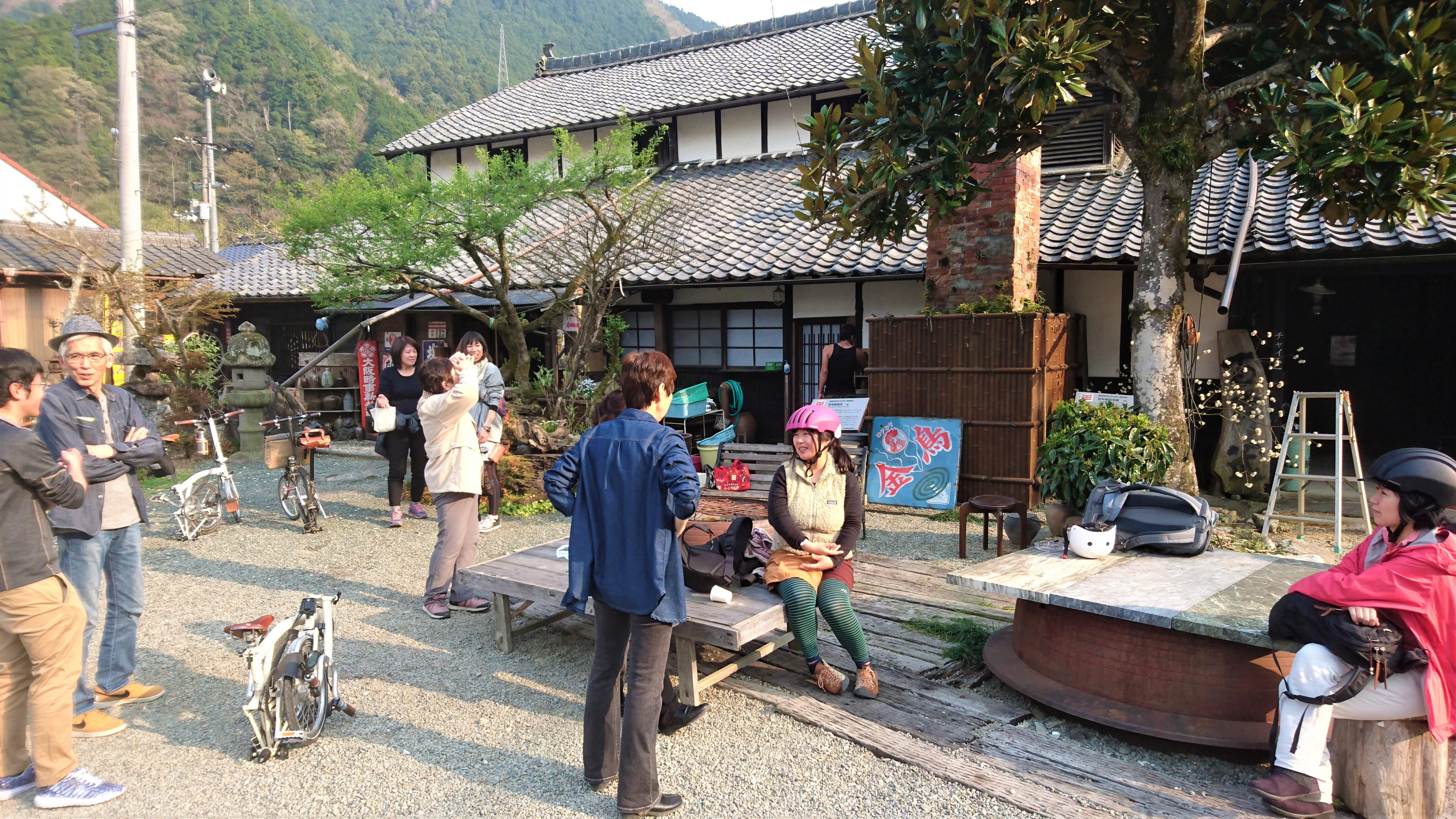 地元の人たちとの交流も、ポタリングツアーの楽しみ。