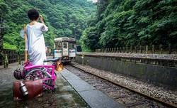 秘境の駅・坪尻。スイッチバックの列車でトンネルを抜けると、うどん県!