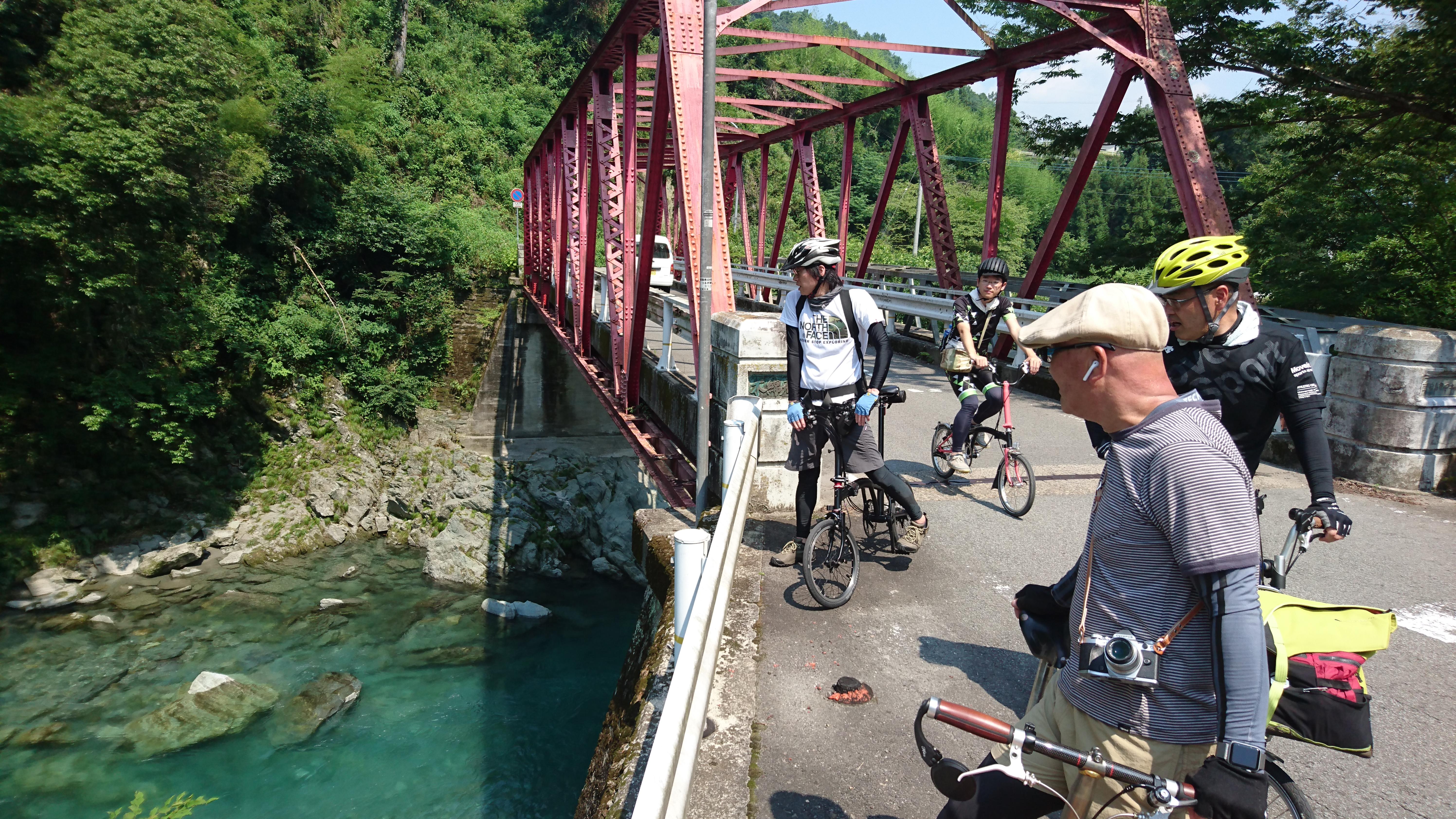 美しい清流・貞光川の水。