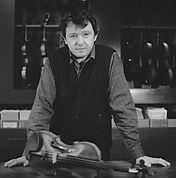 Pierre Barthel, luthier et gérant de l'Atelier Pierre Barthe à Paris