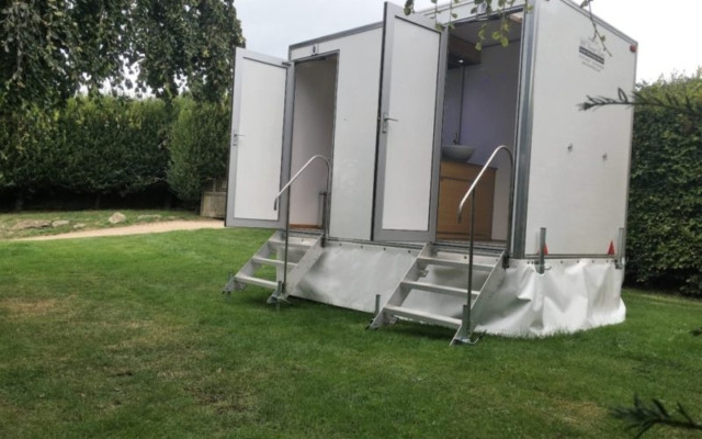 1 + 1 LUXURY TOILET TRAILER.jpg