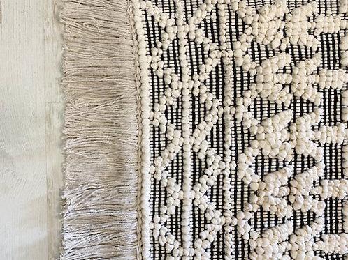 שטיח רקמה מעויינים