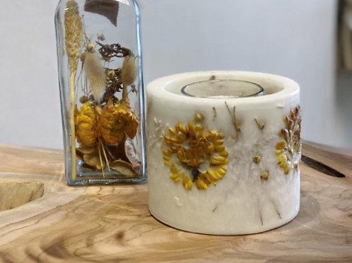 עששית פרחים יבשים עם נר-לילי