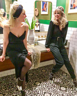 Hope y'all got to SHAKE YOUR BOOTY into 2018! 🕺🏻💃🤩🐝🥂❤️ The _beehiveblondes had a DISCO Inferno