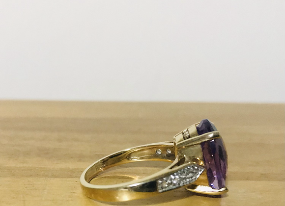 Vintage Gold, Diamond chips with a large faceted Amethyst