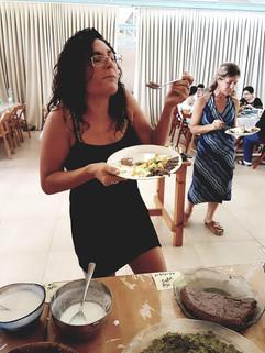 סועדת נהנית מהאוכל של המכשפע