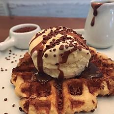 Waffle com calda de brigadeiro e sorvete