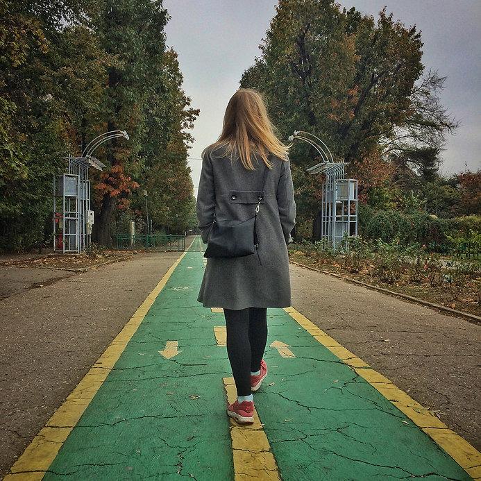 Bukarest Städtereise citytrip Bucharest Park Herastrau red shoes rote Schuhe