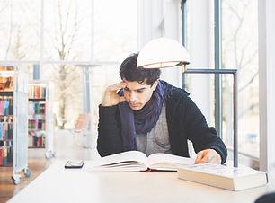 Étudier dans une bibliothèque