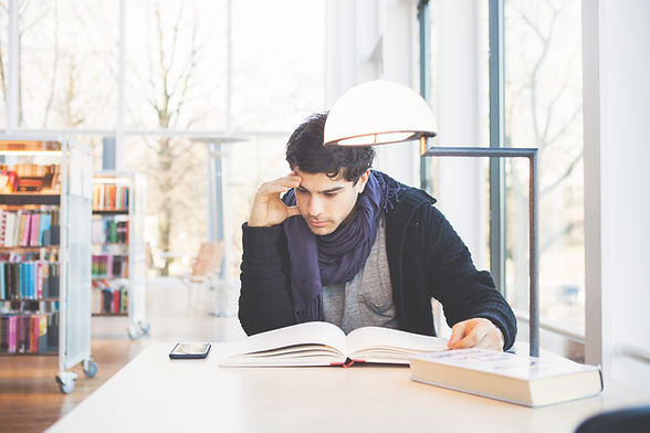 Estudando em uma biblioteca