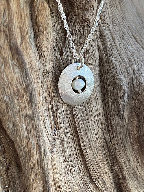 Hammered Freshwater Pearl Sterling Silver Convex Disk Small Necklace