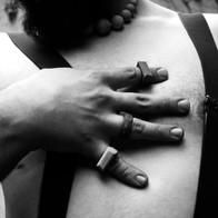 hand und brust vollständig betont