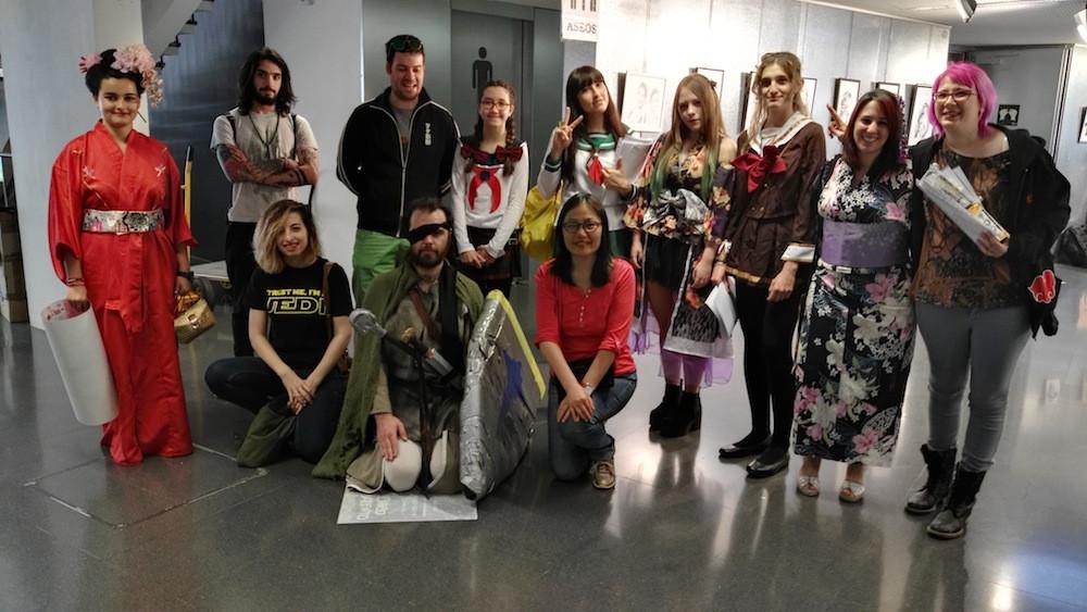 Algunos estudiantes con la profesora y los que se animaron a unirse