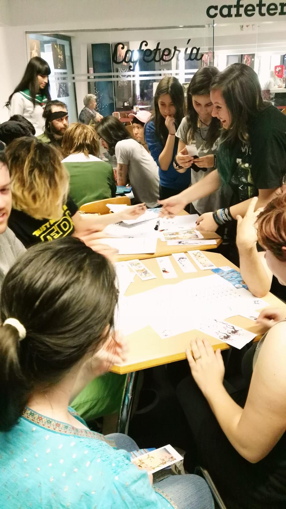Disfrutando del taller donde se enseñó a escribir y memorizar vocabulario japonés. Zaragoza. Academia Anayet
