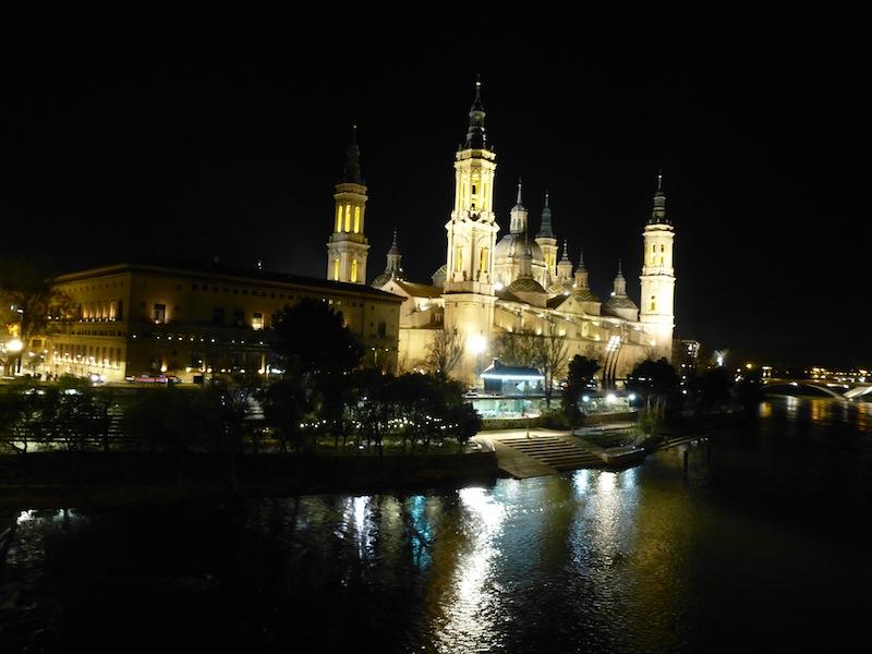 Basílica del Pilar iluminada