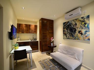 סוויטת גן ,2 חדרים Garden Suite החדר נמצא במרחק  25 מטר מ-לה וילה אילת וכ-30 שניות הליכה