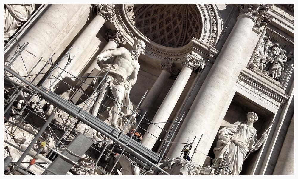 Fontana di Trevi: Eine Münze in den Trevibrunnen in Rom werfen