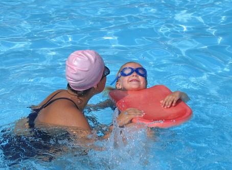 Natação é a melhor atividade física para bebês?