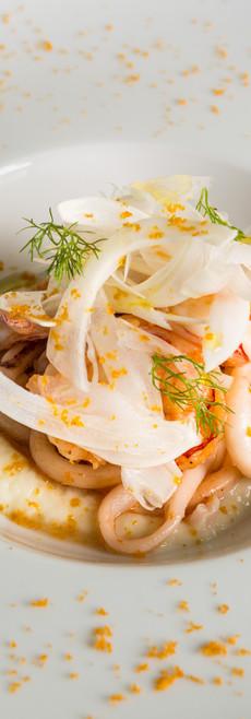 Insalata di calamari e gamberi, crema di sedano rapa, finocchi e bottarga.