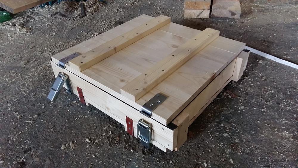 Деревянный ящик с защелками