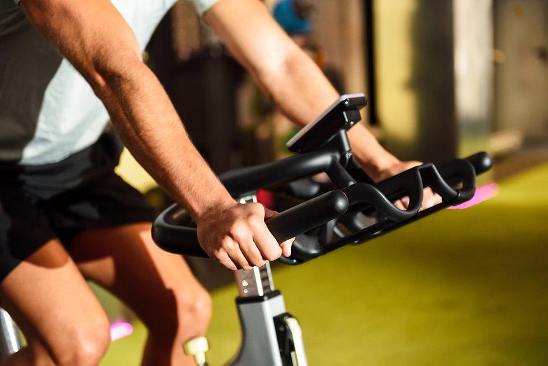 hands-man-training-gym-doing-cyclo-indoor.jpg