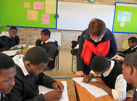 HCET-Botha-and-Grade-8-learners.jpg