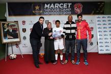 Mehdi Ben Abdessadak de Footboleros remetant des certificat au participants
