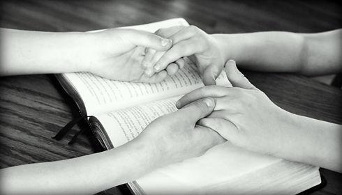 holding-hands-752878_1920.jpg
