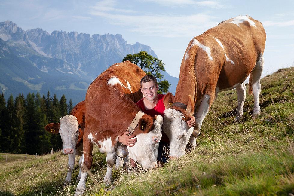 Tierwohl_Bauer mit Kuh_Arbeitskleidung_0