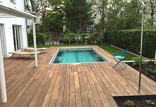 schwimmbad mit Holzterrasse